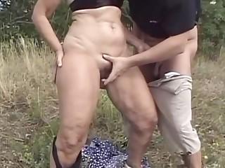 Vieille enculee dans un champs